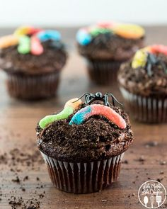 These Halloween cupcakes are so EASY! These scary halloween cupcake ideas will sure to be a hit at your next Halloween party! The BEST Halloween treats & desserts! Halloween Desserts, Menu Halloween, Halloween Cupcakes Decoration, Halloween Cupcakes Easy, Hallowen Food, Cute Desserts, Halloween Cakes, Easy Halloween, Halloween Treats