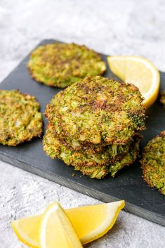 Healthy broccoli thaler with parmesan and flour - a crispy snack for a healthy dinner - Gau - Keto Recipes Healthy Snacks For Kids, Veggie Recipes, Baby Food Recipes, Healthy Dinner Recipes, Snack Recipes, Veggie Food, Keto Recipes, Cena Keto, Snacks Saludables