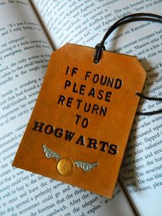Items similar to Leather Luggage Tag & Bookmark set - Harry Potter Gift Set - Please Return to Hogwarts - Golden Snitch Detail - J K Rowling - HP Book Mark on Etsy Harry Potter Diy, Harry Potter Friends, Harry Potter Suitcase, Harry Potter Bookmark, Hogwarts, Harry Potter Bricolage, Ravenclaw, Mischief Managed, Tampons