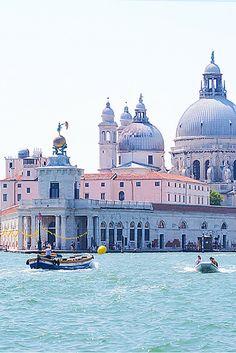 www.viajesparola.com ✈ | #Ideas #Viajes #Parola #Adondequieras #Destinos #Increíbles #Viajes #Viajero #Sunset #Travel #Aventura #Experiencia #Conocer #diversión #QuieroIr #MiPróximoDestino Venice Travel Experience  Venice, Italy – a romantic city filled with beautiful architecture and a history