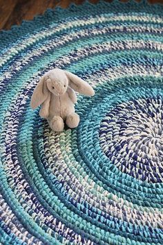 featured round crochet rug pattern is beautiful with lovely colors and. -Today's featured round crochet rug pattern is beautiful with lovely colors and. - The invisible decrease method is great for projects that are worked in ro. Crochet Carpet, Crochet Home, Crochet Gifts, Crochet Baby, Free Crochet, Knit Crochet, Crochet Rag Rugs, Crochet Afghans, Crochet Rug Patterns