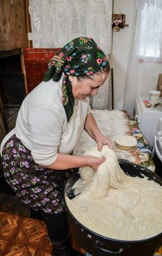 Baguette, Romanian Women, Food Sculpture, Daughters Day, Our Daily Bread, Dinner Rolls, Women In History, How To Make Bread, People Around The World