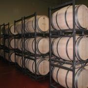 Las Barricas. Ya sean 6 o 12 meses, se convierten en fundamentales para el proceso de guarda de las dos variedades de vino. Tanto en Roble Americano como Francés...