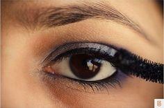 tutorial makeup brown eyes. Intotdeauna m-am intrebat ce culori as putea sa folosesc la un machiaj pentru a arata perfect. Bineinteles, am invatat in timp ca acest lucru depinde de extrem de multi factori, nu doar de culoare. Forma fetei, a gurii, a sprancenelor, pana si personalitatea fiecareia ajuta sau nu la definitivarea lookului.  Aici va prezentam un look perfect pentru posesoarele de ochi caprui. Incepem cu o culoare de baza, un fel de nude. Se aplica pe toata pleoapa. Eye Makeup, Eyes, Beast, Perfume Store, Makeup Eyes, Eye Make Up, Cat Eyes, Make Up Looks