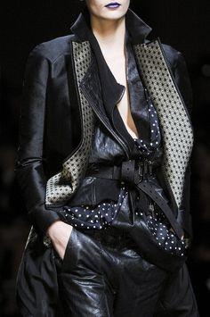 La combinación de metal con cuero es fascinante: Layered men's wear
