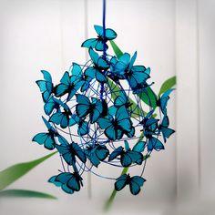PROPRIÉTÉS: lampe en bleu chiffon secteur enroulé cordon, fil d'aluminium turquoise, porte-lampe et le plafond suspendu a augmenté en couleur noire, et les papillons turquoise faite de végétaux...