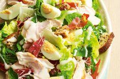Ízletes téli saláta, gyorsan összedobható és mégis tápláló. Hozzávalók: 3 szelet pirítós 4 szelet sonka 40 dkg sülcsirkemell 40 dkg saláta (ízlés szerinti) 1 evőkanál[...]