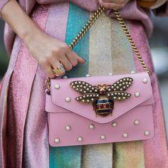 Women's Handbags & Bags : Luxury & Vintage Madrid, die beste Online-Auswahl an Luxus-Kleidung, Accessoires. Gucci Handbags, Luxury Handbags, Gucci Bags, Accessoires Gucci, My Bags, Purses And Bags, Mode Rose, Chain Shoulder Bag, Gucci Shoulder Bag