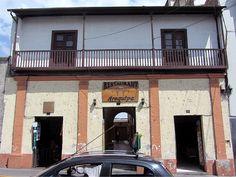 Cacería Tipográfica N° 148: Foto de la fachada de casona en Santa Marta, en cada columna, debajo del balcón hay un número. En conjunto se lee 1874, el año de construcción.