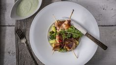 """Pulykamell nyárs szójás pácban - hirtelen sütött cukkini salátával, wasabis mártogatóssal   Diétás és mennyei e gasztromán kalandozás, amit ez a recept kínál. Elkészítése egyszerű, az étel tálalása pedig fenséges, így minden jeles alkalomra és a """"csak úgy"""" időpontokra is kitűnő: igazi meglepetés lehet párunk számára. Beef, Food, Meat, Essen, Meals, Yemek, Eten, Steak"""