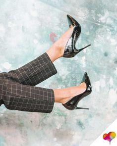 Pumps bequem machen: Keine Fußschmerzen mehr mit diesen Tricks! Dorothy Parker, Tennisschuhe Outfit, Stiletto Heels, High Heels, Moda Vintage, Footwear, Black And White, Beauty, Beautiful