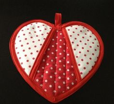 Have a heart Pot Holder pattern ~ what a cute idea! A great Valentine's gift to the Chef in the family too ♥️