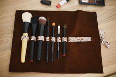 Un morceau de cuir et un joli ruban, voilà sûrement la solution la plus simple pour ranger de manière astucieuse vos pinceaux !