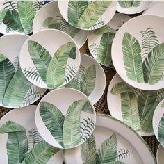 29 個讚,1 則留言 - Instagram 上的 T a b l e j o y(@table_joy):「 I love these small plates with tropical leaves. They are all unique, designed and handpainted bij… 」