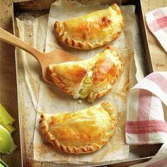 Empanadillas de queso y puerro - Lecturas Yummy Snacks, Snack Recipes, Healthy Recipes, Coffee Meme, Spanish Cuisine, Aesthetic Food, Four, Tapas, Casserole Recipes