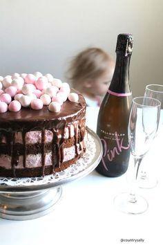 Mitä tarjolle valmistujaisiin, kesäjuhliin tai Äitienpäiväksi? Tämä mansikka-suklaa naked cake hurmaa raikkaudellaan ja siitä riittää mainiosti isommallekin porukalle.. Sweet Bakery, Savoury Baking, Just Eat It, Valentines Food, Bakery Cakes, Desert Recipes, Let Them Eat Cake, I Love Food, Yummy Cakes