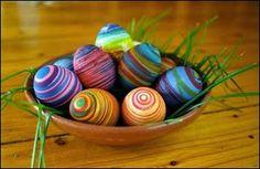 Gummibands-färgade ägg