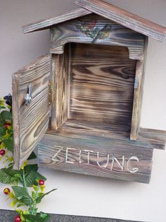 In aufwendiger Handarbeit wurde die Holzoberfläche geflammt, mit der Stahlbürste behandelt und anschließend mit Decoupagetechnik und wetterfester Farbe verziert.  Der Briefkasten ist abschließbar...
