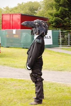 halloween kostüm mann schwarzer anzug rabe schwarzes kopf