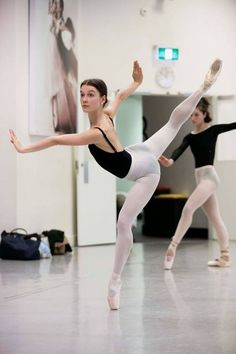 Good example of using your pli even while en pointe!