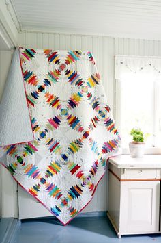 displays this lovely & colorful pineapple quilt Pineapple Quilt Pattern, Pineapple Quilt Block, Quilting Projects, Quilting Designs, Log Cabin Quilts, Log Cabins, Traditional Quilts, Scrappy Quilts, Square Quilt