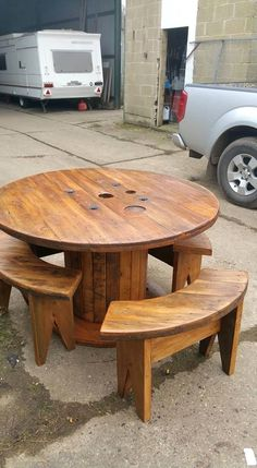 7 Awesome Rustic Pallet Furniture Plans Are You Inspired? Visit Us For More Pallet Patio Furniture Designs The post 7 Awesome Rustic Pallet Furniture Plans appeared first on Pallet Diy. Wooden Spool Tables, Cable Spool Tables, Wooden Cable Spools, Old Wood Table, Wood Spool, Cable Spool Ideas, Spools For Tables, Pallet Garden Furniture, Diy Pallet Furniture