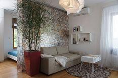 Hostinský pokoj ve třetím patře je skleněnou stěnou s posuvnými dveřmi rozdělen na klidovou a aktivní zónu. Stěnu zdobí fotografie kamenné zdi domu, kam rodina jezdí na dovolenou