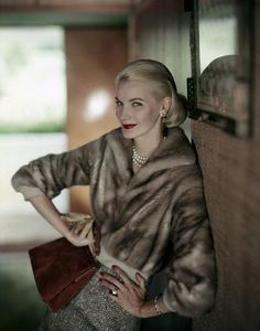 Handbags Sunny Harnett, 1957 - Sunny is wearing a short mink jacket with a tweed skirt and holding a leather handbag by Nettie Rosenstein. Vintage Glamour, Vintage Beauty, Moda Vintage, Retro Vintage, Vintage Woman, Vintage Style, Fifties Fashion, Vintage Fashion, Fur Fashion