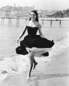Vintage Summer Icons - Classic Vintage Photos of Iconic Women - Brigitte Bardot Cannes France 1956 women 49 Vintage Pictures of Our Favorite Icons Enjoying Summer Hollywood Fashion, Mode Hollywood, Hollywood Actresses, Hollywood Icons, Hollywood Stars, Classic Hollywood, Brigitte Bardot, Bridget Bardot, Pin Up