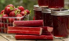 Some people often say that they love strawberry jam more than anything else. It is a logical argument because strawberry. Strawberry Rhubarb Jam, Raspberry, Healthy Eating Tips, Healthy Nutrition, Sauce Crémeuse, Vegetable Drinks, Food Menu, Fruits And Vegetables, Food To Make