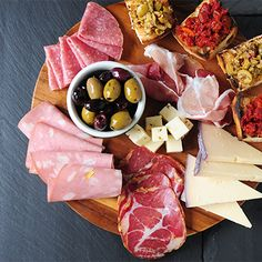 20 elegant pairings for your party guests. Our favorite combinations of wine, fruit, nuts, cheeses and our beloved Olives & Antipasti. Cheese Appetizers, Yummy Appetizers, Appetizer Recipes, Wine And Cheese Party, Wine Tasting Party, Wine Cheese, Wine Parties, Tapas, Prosciutto