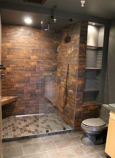ducha de obra con azulejos de color marrón