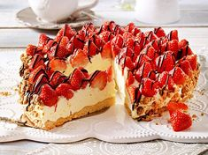 This cake sure fills the title. Fresh strawberries, chocolate, and a wonderful whipped cheesecake like base. Cake Recipe Using Buttermilk, Baking Recipes, Cake Recipes, German Baking, Nutella Recipes, Strawberry Recipes, Cheap Meals, Cakes And More, Let Them Eat Cake