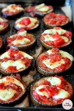 Plastry bakłażana zapiekane z mozzarellą Raw Food Recipes, Italian Recipes, Snack Recipes, Cooking Recipes, Healthy Recipes, Snacks, Musaka, Delicious Deserts, Appetisers