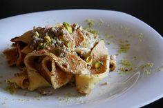 Tagliatelle di crêpes al ragù bianco con pistacchio