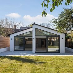 This amazing double aspect rear extension to this bungalow is just so stunning with the amazing glazing. The white render and aluminium doors give the bungalow such a wonderful finish. Bungalow by architects. House Extension Design, Roof Extension, Extension Ideas, Bungalow Extension Plans, Extension Google, Bungalow Extensions, House Extensions, Bungalow Conversion, Bungalow Renovation