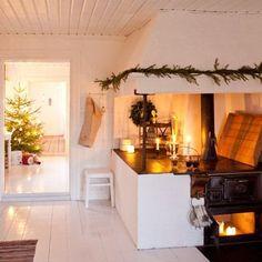 Photos: Tara Schlosser / House & Home Swedish Christmas, Scandinavian Christmas, Christmas Home, Christmas Kitchen, Cosy Christmas, Christmas Feeling, Christmas Decor, Kitchen Dining, Kitchen Decor