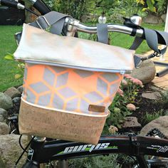 Online tutorial: FoldOver as a handlebar bag- Online-Tutorial: FoldOver als Lenkertasche Online tutorial: FoldOver as a handlebar bag - Bag Sewing, Sew Together Bag, Baby Bike, Fiesta Baby Shower, Bike Bag, Online Bags, Purses And Bags, Messenger Bag, Bago