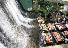Het ziet er op het eerste gezicht heerlijk dromerig uit, maar je kan je afvragen hoeveel kabaal die waterval creëert en hoe glibberig de grond is. Desalniettemin, kan jij al van je to-do-lijst afvinken dat je al pootjebadend hebt gedineerd aan de voet van een waterval? Filipijnen