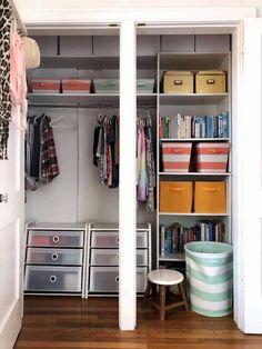 organisation maison armoire bien range avec des boites et des vetements Armoire, Ranger, Closet, Home Decor, Packing Cubes, Hanging Clothes, Cupboard, Organisation, House