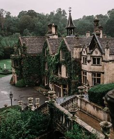 The beautiful Manor House Hotel in Castle Combe in Wiltshire Arquitectura Wallpaper, Manor House Hotel, Castle Combe, Design Jardin, Slytherin Aesthetic, Edinburgh, Light In The Dark, Places To Go, Beautiful Places