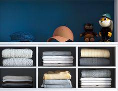 Les piles c'est difficile! En tout cas pour les enfants. Grâce aux rangements pour vêtements d'enfants, vous divisez le nombre de piles d'habits, et vos enfants y accèdent sans les froisser.  Cette solution est fabriquée en bois melaminé. Un aménagement de ce type peut compter jusqu'à 12 compartiments, soit 3 lignes horizontales et 4 verticales.