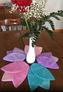 Different flower shaped placemats for spring Table Runner And Placemats, Table Runner Pattern, Quilted Table Runners, Quilting Projects, Sewing Projects, Fabric Crafts, Sewing Crafts, Spring Images, Quilted Table Toppers
