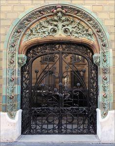 Thistle door of Paris - Porte d'entrée de l'immeuble conçu en 1903, situé au 2 rue Eugène-Manuel à Paris, par l'architecte Charles Klein et le céramiste Emile Muller.