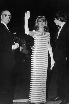 La gran Catherine Deneuve: películas. En la imagen, la actriz francesa asistiendo al Festival de Cine de Cannes en 1966, con un sublime vestido columna de rayas horizontales.