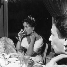 Pin for Later: Retour Sur les Meilleures Photos du Festival de Cannes Depuis Sa Création  Elizabeth Taylor en 1957.