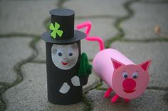 DIY CRAFT ** Toilet paper rolls ** toilet roll luck of the irish Toilet Paper Roll Art, Toilet Paper Crafts, Rolled Paper Art, Toy Story Crafts, Pig Crafts, New Year's Crafts, Playgroup Activities, Craft Activities For Kids, Crafts For Kids