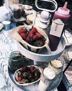 Poder escoger entre un dulce o dulcísimo crep de fresas con topping de más frutas, más chocolate o más de todo lo que te puedas imaginar es otro nivel 🍓 #SAROVACATERING #nosgustanuestrotrabajo