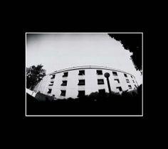 edificio del juzgado, fotografía estenopeica analógica de 15 cm x 21 cm montada sobre MDF negro de 24 cm x 28 cm - Valor:150=Click