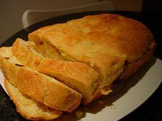 A máquina de fazer pão serve para confecionar muitas outras receitas deliciosas, como esta bôla salgada que aproveita sobras de frango e carne assada                                                                                                                                                                                 Mais